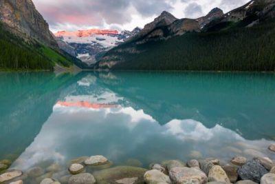 Paisagem de montanha com lagoa